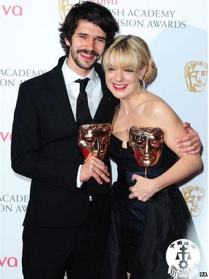 本?威士肖凭借理查2世获得最佳男演员,谢里丹?史密斯凭借比格斯夫人获最佳女演员。  图片来源:BBC