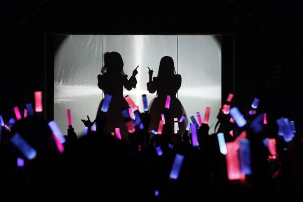 日本知名少女歌唱组合ClariS,出道以来任何个人身份信息均保密,开演唱会也见不到真容,信息从未泄露