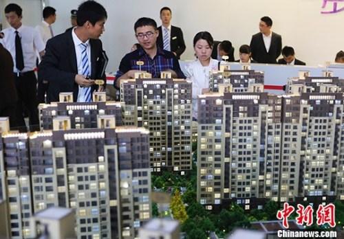 图为南京市民在一处楼盘售楼处内咨询。