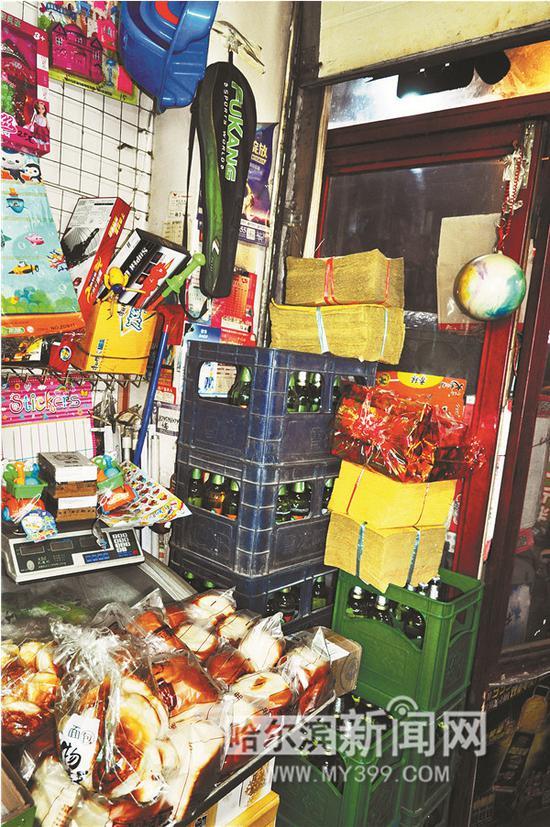 执法人员发现,哈尔滨某水果超市门前显眼位置摆放多箱烧纸。图自哈尔滨新闻网